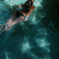 Maison de vacances 💦 Le soleil est de retour ☀️ Un petit plouf s'impose... 💦 J'aimerais tellement pouvoir me baigner toute l'année, l'hiver il reste la piscine municipale mais j'ai beaucoup de mal à me mettre un coup de pied aux fesses pour y aller. 💦 L'eau est un élément que j'affectionne tellement... 💦 J'ai fait du yoga, de la danse classique (oui oui il@y a des cours pour les vieilles 😂), du pilate, mais je reviens toujours à la natation. Je vous passe le passage à la salle de sport avec un abonnement d'un an pour un mois de fréquentation étalé sur l'année 😂😂, qui ne l'a jamais fait !!!! 💦 Alors on profite de l'été pour se baigner un maximum... 💦 #sathynebijoux #maisondevacances #sportmotivation #viedemaman #viedentrepreneur #piscine  #vacances #vacancesenfamille #leslandes #sudouest #hossegor #hossegorbeach