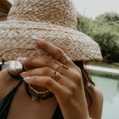 On peut avoir du style au bord de la piscine, il suffit de quelques bijoux pour faire ressortir son glow et le tour est joué.  .  .  .  #sathyne #beachstyle #bijouxcreateur #bijouxdetete #marquefrancaise #creatricebijoux