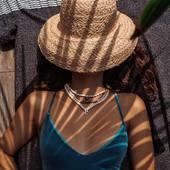 Escapade Estivale   La dernière capsule de l'été. Une collection de bijoux très chics avec des couleurs discrètes que vous porterez avec plaisir à la rentrée pour mettre en valeur votre bronzage….  Des perles, des coquillages qui se poseront délicatement sur votre peau et qui iront parfaitement avec la jolie petite robe que vous avez acheté dans la boutique ensoleillée sur la route du retour de la plage. Ainsi qu'avec cette jolie blouse que vous avez trouvé au marché, et que vous avez glissé dans votre panier entre les melons et les pêches….