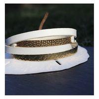 Un petit nouveau en ligne , le combo d'un bangle en vermeil et d'un bracelet cuir et vermeil, martelés à la main. Trop chic le mélange cuir blanc et or, avec les beaux jours qui arrivent.... ⠀⠀ #sathynebijoux #creatricedebijoux #marquefrancaise #bijouxcreateur #gold #bracelet