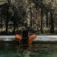 Maison de vacances 💦 La piscine... même si aujourd'hui le temps est au gris, la piscine est un lieu de rendez-vous, après le café, on y termine les discussions entamées pendant le déjeuner... 💦 Je travaille mon bronzage, j'ai presque fini mon livre! La collection de bijoux se peaufine . 💦 Les ados viennent y faire des batailles de pistolets à eau. Les transats font une farandole et bouge à rythme du soleil autour de cette eau transparente et fraîche !! 💦 #sathynebijoux #vacances #vacancesenfamille #maisondevacances #viedemaman #viedentrepreneur #mamanentrepreneure #leslandes #sudouest #hossegor