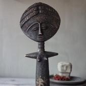 """....Ashanti....  Jolie poupée Ashanti ou déesse de la fertilité africaine est l'un des 5 ADN de la marque ....  Sa légende :  Selon la tradition orale dans le royaume du Ghana cette poupée Ashanti, déesse de la fertilité, se serait appelée Akua ba.  Une jeune femme du nom d'Akua (""""née un mercredi"""") du peuple Ashanti, ne pouvait pas avoir d'enfant (Ba).  Elle  décida d'aller voir le guérisseur de son village, celui-ci lui conseilla de fabriquer un petit enfant en bois, de le porter, de le nourrir, de le chérir commis c'était un vrai bébé.  Beaucoup de personnes du village se moquaient d'elle en la montrant du doigt """"regarde l'enfant d'Akua!"""" (Akua Ba).  Un jour Akua tomba enceinte, et donna naissance à une petite fille en pleine santé.  Son succès encouragea les femmes ayant les mêmes difficultés, à sculpter de jolies poupées en bois nommé Akua-ba.  Toi aussi tu as ta poupée ?  #sathyne #sathynebijoux #akuaba #ashanti #africangoddess #déesseafricaine #bijouethnique #bijouafricain #creatricedebijoux #leslandes #shoponline"""