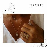 So CHIC 🌺 Blanc et or sur peau bronzée, Summer style... 🌺 Collier TIKI Kahuna, dieu du surf Tiki, Kahuna, dieu du surf, or Selon les légendes, le tiki serait donc le créateur de l'homme et les Tahu'a prêtres, sorciers ou guérisseurs polynésiens leur attribueraient des pouvoirs le « mana », c'est une énergie, un rayonnement qui relient l'univers et les êtres. Le Tiki a un pouvoir sacré, il éloigne les mauvaises énergies. Il protège, mais il ne faut pas lui porter atteinte. ⠀⠀ 🌺 Collier Cauri topaze  Collier, cauri, coquillage porte-bonheur : Et spirituellement, selon la légende africaine si vous êtes attirés par les coquillages cauris vous pourriez être de la famille à un esprit d'océan de richesses et la terre. Ainsi Il représente aussi la protection de la déesse qui est très puissante et liée à la force de l'océan. Dans toute l'Afrique du Sud et Amérique du Nord, le cauris symbolise la puissance du destin et de prospérité.Ainsi, considéré comme l'embouchure de Orsisas, il est également soupçonné d'avoir enseigné des histoires d'humilité et de respect. LES VERTUS DE LA TOPAZE : Pierre de la communication Topaze pierre d'anniversaire de décembre Topaze pierre du signe du zodiaque Capricorne, gémeaux,sagittaire  Topaze pierre à offrir 44ème anniversaire Métiers : Orateur, Comédien, chanteur La Topaze aide à se montrer persuasif, donne force et productivité dans son travail, consolide son honnêteté et sa franchise. Régulant son humeur et ses colères. La topaze bleue serait particulièrement bénéfique aux personnes exerçant une activité intellectuelle ou artistique. Elle apporterait l'inspiration la clarté d'esprit et éviterait rigidité et ..... 🌺 Bague QUEEN Zircon rose ⠀⠀ PROPRIÉTÉ DU ZIRCON ROSE signe du zodiaque : bélier, taureau, vierge, balance, scorpion, sagittaire, poisson. Chakra racine métiers : assistante maternelle/pédiatre Pierre de réussite Le zircon rose aide à la réussite dans toutes les........ Donne du courage et de la force, calme les gens qui ont une 