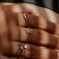 Le bijou du jour est en ligne..... . La bague fleur de frangipanier, réglable en vermeil, à 35€ au lieu de 55€.... valable uniquement aujourd'hui.... www.sathyne.com . Lien dans la bio Instagram @sathynebijoux . ⠀⠀ Les légendes de la fleur de pluméria ou fleur de frangipanier : Dans la culture hindoue, cette fleur représente la fidélité. Dans la légende mexicaine, les dieux naissent dans les fleurs de frangipanniers. Tous nos bijoux possèdent, une histoire, une légende, cette fleur fait partie de mes fleurs préférées. C'est pour cela que je l'ai dessiné, pour pouvoir la porter tout au long de l'année. la collection de bijoux Fidji se marie à la perfection, avec les collections de bijoux Sathyne. S'adapte parfaitement aux mamans, aux jeunes filles et aux petites filles à partir de 7 ans. Le bijoux idéal mère-fille, les jeune filles et fillettes peuvent enfin porter un bijou chic en argent rhodié, qui ne s'abimera pas au fil du temps. . . . . . #sathynebijoux #calendrierdelavent #calendrierdelavent2020 #creatricedebijoux #creatricefrancaise #baguereglable #vermeil #hossegor #atelierbijoux #cowrie #pierresnaturelles