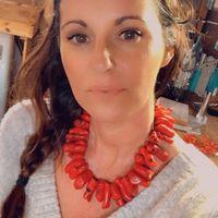 Une nouvelle mini série arrive très prochainement sur l'eshop.... . Je la shoot aujourd'hui et bientôt elle sera en ligne.... . Toute la collection est en corail, en bambou de mer plus précisément. . Allez ce matin direction l'atelier... belle journée 💋 . . . . #sathynebijoux #sathyne #corailrouge #shelljewelry #seajewellery #oceanjewellery #redcoraljewelry #bijouxcreateur