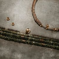 L'atelier... . En mode production intensive à l'atelier... je vous dévoile très vite des éclats de nouveautés par ici... des colliers, bracelets, bagues arrivent et de belles pierres comme le diamant et l'émeraude, c'est trop beau tellement hâte de vous montrer tout ça !!!! . En attendant rendez-vous vous demain pour un nouveau bijou du calendrier de l'avent. . . . . . . . . . #sathynebijoux #bijoux #peridot #atelierdebijoux #creatricedebijoux #bijouxcreateur #pierresnaturelles #bienfaitdespierres #hossegor #colliers
